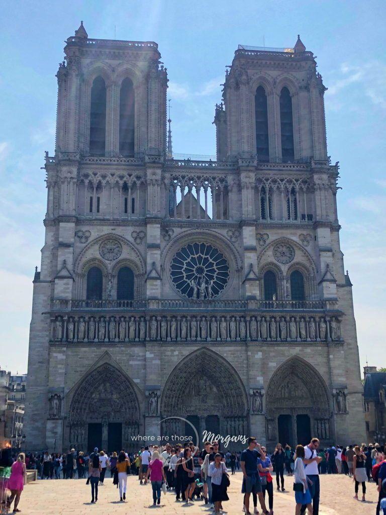Cathédrale Notre-Dame de Paris with line long outsi