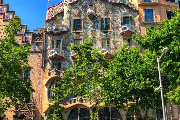 front view if the colorful Casa Batllo during a weekend in Barcelona