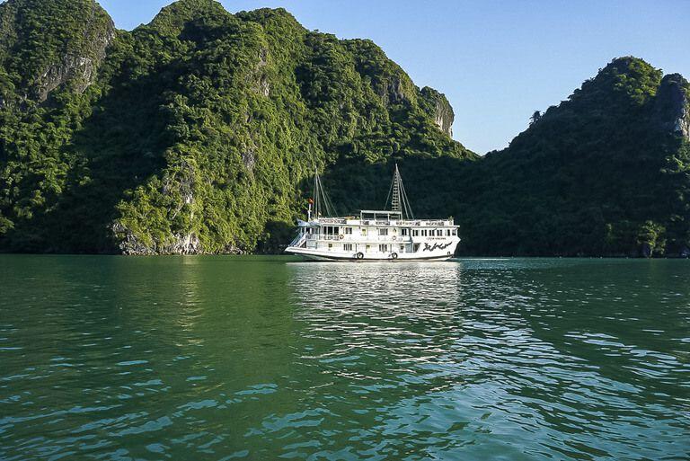 Rosa Cruise ship cheap Halong Bay option close to rocks