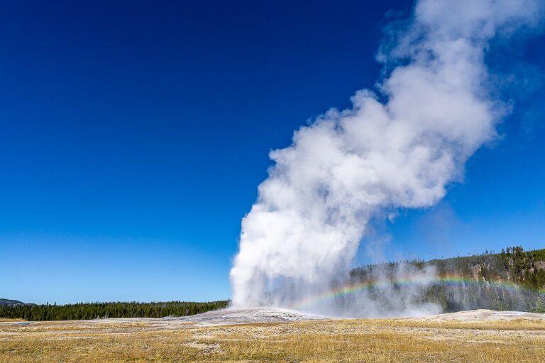 Yellowstone national park 4 days itinerary old faithful erupting and rainbow