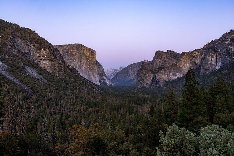 Where to stay at Yosemite national park the best hotels, lodges, cabins, yurts, tents and campgrounds inside and near yosemite tunnel view overlooking the valley at dusk