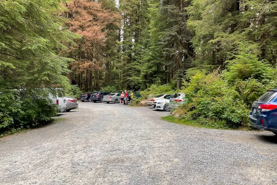 Parking at lake 22 trailhead goes round in a circle but not many spaces
